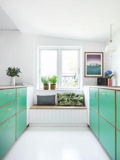 Kedeligt, mørkt og 90'er-brunt. Det var ikke ligefrem et drømmekøkken, Caspar Tribler og Sidsel Faurholt overtog sammen med deres nye hjem – men det blev det. Se køkkenets fantastiske forvandling.