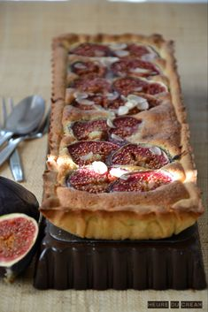 Tarte figues amandes (fig and almonds tart) Fig Recipes, Sweet Recipes, Delicious Deserts, Yummy Food, Salty Snacks, Sweet Pie, No Cook Desserts, Food Presentation, My Favorite Food