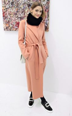 26 January Jaime King attended the Voyeur by Vanessa Prager in New York wearing a peach coat and Roger Vivier sneakers. Jaime King, Roger Vivier, Style Me, Classic Style, Nice Dresses, Celebrity Style, Winter Fashion, Casual Outfits, Women Wear