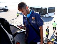 Neymar de olho no celular pouco antes de entrar no avião para Polonia 30/07/2013. (Foto: Miguel Ruiz / FC Barcelona)