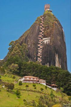 La Piedra Del Peñol. It's gigantic rock in the city of Guatape in Colombia. National Monument. pic.twitter.com/0dcKDWmmkd