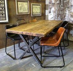 salle à manger industrielle,table industrielle bois et métal, sol en poutres de bois