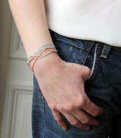 Bracelet multi-chaînes roses et bleues.