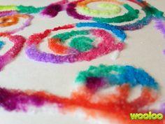 Un bricolage de peinture avec de la colle, du sel et de la peinture à l'eau.