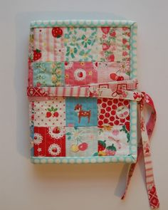 Patchwork Sewing Kit Tutorial - lots of pink here, Amy - Sun, Oct 16 Christmas Sewing Projects, Small Sewing Projects, Sewing Hacks, Sewing Tutorials, Sewing Patterns, Sewing Kits, Tutorial Sewing, Sewing Tools, Fabric Crafts