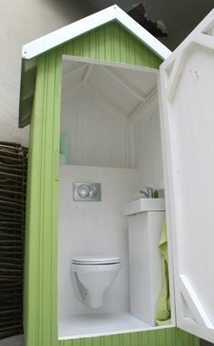 Outdoor pool changing room made out of pallets crafts for Outdoor pool bathroom ideas