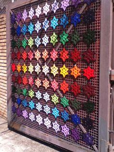 Yarn Gate Este projeto foi confecionado com 25 cores da lã Família, da Pingouin e pode ser visto no Bazar Ana Maria, em Perdizes, na cidade de São Paulo, Brasil  Curta minha página no Facebook – Like my page on Facebook: www.facebook.com/coloridoecletico Thank you!