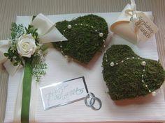 Ein sehr schönes Geldgeschenk auf einem leinenumspannten Holzrahmen 24 x 30 cm sind : 2 Moosherzen Satinband , silberne Ringe ( Stanzteile ) eine künstl. Rose, diverses Blattgrün und...