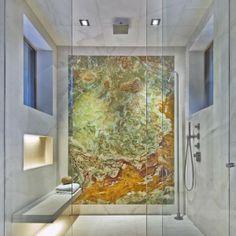 Modernes Master-Bad mit schwimmenden Bank