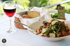 Μία καλή σαλάτα, ανοίγει πάντα την όρεξη. Εμείς κόβουμε μαρούλι, ρόκα, ντομάτα,  βάζουμε παρμεζάνα, κρουτόν και ρόδι για να σας την απογειώσουμε!!