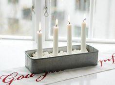 Te enseñamos cómo hacer tu propio adorno de Navidad usando una lata reciclada y velas convencionales.