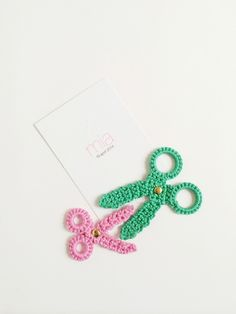 Send a greeting card to your favorite crafter and embellish it with these crochet scissor appliques by Roest Haakt. I recommend Bonbons yarn for an array of color combinations. Crochet Home, Love Crochet, Diy Crochet, Crochet Crafts, Crochet Flowers, Crochet Projects, Appliques Au Crochet, Crochet Motif, Crochet Patterns