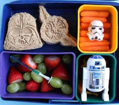 3 dozen Star Wars Lunches ---might have to surprise the hubs with this in his packed lunch on special occasions :) Bento Box Lunch For Kids, Cute Bento Boxes, School Lunch Box, Lunch Ideas, School Lunches, Box Lunches, Bento Ideas, Star Wars Themed Food, Star Wars Food