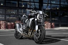 ホンダ、ミラノショーで新型『CB1000R』など世界初公開。国内での発売も予定 Motos Honda, Honda Cb1000r, New Honda, Yamaha Mt 09, Yamaha R6, Enfield Motorcycle, Motorcycle Style, Honda Motorcycles, Cars And Motorcycles