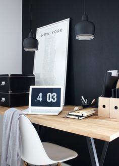 Minimalistische werkplekken in zwart wit. Met een simpele en minimaal ingerichte werkplek heb je weinig afleidingen en kun je je concentreren op je werk.