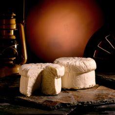 Queso Cebreiro (Galicia): El queso Cebreiro es procedente de la provincia de Lugo y se realiza a partir de leche pasteurizada de vaca de las razas frisona, pardo-alpina y rubia gallega. Para su realización la leche pasa primero por un proceso de pasteurización y luego por uno de coagulación. Su proceso de maduración dura al menos 45 días. Se trata de un queso firme y duro, con un sabor muy característico