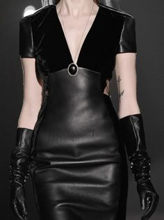 49 Model Street Style Looks For Starting Your Winter - Fashion Ideas - Luxury Style Dark Fashion, Gothic Fashion, Leather Fashion, High Fashion, Couture Fashion, Runway Fashion, Womens Fashion, Vetements Shoes, Victorian Dresses