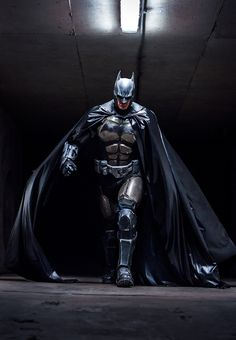 Julian Checkley Batman cosplay based on Batman: Arkham Origins. Set when Batman was new to the masked vigilante thing, the costume is a heavier suit with more armor plating for a not-so-sure-of-himself hero. Batman Vs Superman, Real Batman Suit, I Am Batman, Batman Begins, Batman Art, Spiderman, Batman 2017, Batman Cowl, Batman Robin