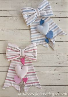 Fiocco nascita fai da te in stoffa Baby Table, Baby Door Hangers, Kit Bebe, Baby Girl Baptism, Hanging Mobile, Diy Ribbon, Felt Fabric, Newborn Gifts, Baby Decor