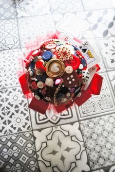 Button bouquet alice in wonderland buttons, wedding bouquet bridal bouquet brooch bouquet brooch bouquet steampunk mad alice quirky kwaii Button Bouquet, Button Flowers, Silk Flowers, Fabric Flowers, Brooch Bouquets, Whimsical Wedding, Luxury Wedding, Alice In Wonderland, Wedding Bouquets