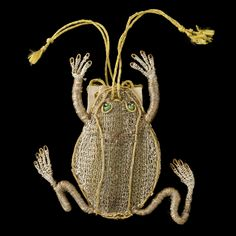 Frog purse, 17th century, 6 x 8 x 2 cm, leather, silk, metal thread, Ashmolean Museum, University of Oxford