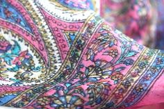 Pour les filles, ce foulard carré soie rose de femme ultr féminin, un foulard carré rose en soie d'inde naturelle, douce, légère et pas cher.