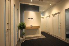 コーポレートカラーを取り入れた信頼感と清潔感のある明るいオフィス|オフィスデザイン事例|デザイナーズオフィスのヴィス