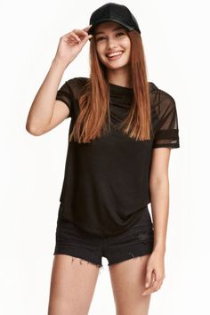 Tricou din jerseu: Tricou din jerseu ușor cu aspect lucios, cu mâneci scurte…