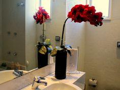 Nos banheiros, as orquideas roubam a cena.