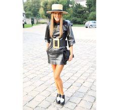 L'editor-at-large et creative consultant de Vogue Japon, Anna Dello Russo en robe et souliers Céline et collier Lanvin