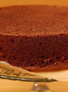 Απλό ή σοκολατένιο, αυτό το αφράτο παντεσπάνι θα γίνει η τέλεια βάση για τις πιο νόστιμες τούρτες! Greek Sweets, Greek Desserts, Chocolate Fudge Frosting, Chocolate Sweets, Sweets Recipes, Cake Recipes, Cake Cookies, Cupcake Cakes, Food Network Recipes