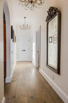 grand miroir baroque, suspensions baroques, une entrée chic et élégante