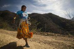 Una mujer tarahumara durante la ultramaratón Caballo Blanco.