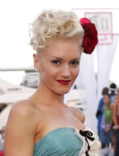 Gwen Stefani exudes old Hollywood charm with an over size hair flower