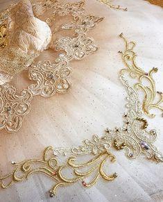 ULIPKAさんはInstagramを利用しています:「姫✨✨ ・ あとはお袖だけです レースとキラキラたっぷりで作りたいと思います❤️ ・ チュチュのグラデーションと ラメチュールがとても気に入ってます😊✨✨ グラデーションは、ピンクゴールドをイメージして染めました ・ あと一息 がんばります✊🏻💕 #ballet #balletda…」 Dance Costumes Ballet, Tutu Costumes, Ballet Dancers, Tutu Tutorial, Tambour Embroidery, Russian Ballet, Renaissance Dresses, Ballet Beautiful, Fashion Design Sketches