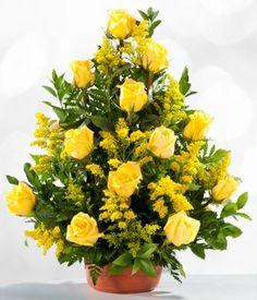 Las rosas amarillas son ideales para expresar amistad. Regala este hermoso arreglo de 12 rosas amarillas e ilumínale el día a ese ser especial.