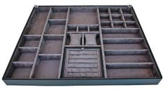 O organizador de joias revestido de couro e camurça vale 1 324 reais na Kitchens (54 x 47,6 x 4 cm).