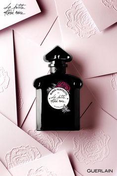 Dans le dressing de la Petite Robe Noire, je suis son accessoire fétiche, je suis Black Perfecto.   Une création parfumée signée Guerlain : une Eau de Toilette Florale célébrant la rose dans tous ses états. L'Eau de rose, l'Essence de rose et l'Absolu de rose de Grasse sont ceinturés de notes d'amandes et de cuir.