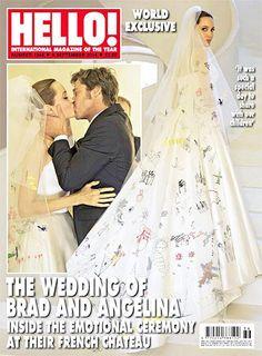 Pin for Later: Ist das Hochzeitskleid Angelina's bester Look von Versace? Angelina Jolie bei der Hochzeit Angelina kombinierte Pumps aus Seide und Satin zu ihrem Kleid. Source: People