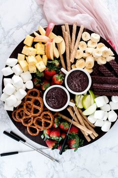Chocolate Fondue Recipe | chocolate fondue ideas | chocolate fondue dippers | how to make chocolate fondue | easy fondue recipes | dessert fondue recipes || Oh So Delicioso #chocolatefondue #dessertfondue #fonduerecipe