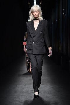 Pin for Later: Gucci's neue Kollektion ist wie ein Regenbogen der Farben, Materialien und Silhouetten Gucci Herbst/Winter 2016