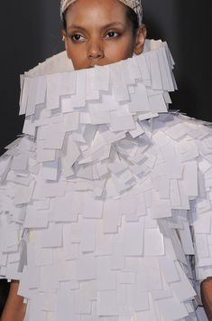 white on white fashion // Gareth Pugh Fall 2014 Paper Fashion, Fashion Art, Fashion Design, Textiles, Structured Fashion, Geometric Fashion, Gareth Pugh, Weird Fashion, Sculptural Fashion