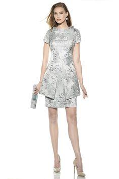 Vestido de fiesta para madrinas o invitadas adamascado color gris plata con sobrecuerpo, manguita y escote estilo mao.Colección 2016 Teresa...