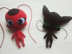 Bonecos mascotes da Ladybug e Catnoir com 15 cm de altura cada um. A Tikki, pura fofura e delicadeza! O Plagg com olhos de gato e super bonzinho! Excelente para decoração ou até mesmo para brincar. Produzidos em feltro nas cores vermelho e preto.