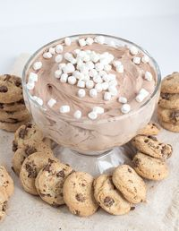 Hot Cocoa Cheesecake Dip - The perfect dip for your cookies! It's filled with tiny marshmallows and hot cocoa flavor. It has the perfect mousse texture too! Hot Chocolate Dip Recipe, Chocolate Chocolate, Hot Cocoa Cake Recipe, Chocolate Cheesecake, Chocolate Mouse, Strawberry Cheesecake Dip, Cheesecake Cake, Appetizers For Christmas Party, Gifts For Christmas