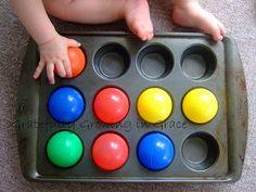 Colocar una pelota en cada espacio. Motricidad fina y estimulación visual, coordinación óculo-manual / put the ball in the hole