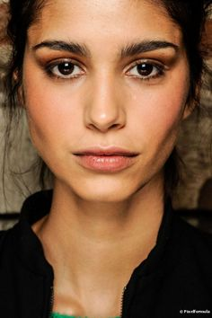 Como aplicar sombra em cada tipo de olho: maquiador ensina 5 passo a passos diferentes