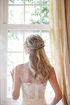 Penteado de noiva - cabelo meio preso - pente de folhinhas ( Foto: Larissa Felsen | Coroa: Renata Bernardo | Cabelo: Marco de Barros | Vestido: Wanda Borges )