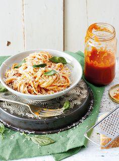 Tomato and herb pasta sauce