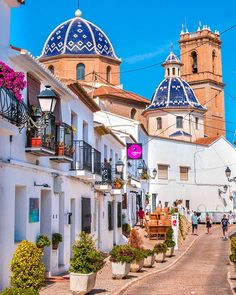 Altea, Spain 🇪🇸 Nice white village on the coast of Alicante. This blue dome and its streets that lead to the sea make its old town look Spain Travel, France Travel, Malaga, Marbella Old Town, Valencia, Places To Travel, Places To Visit, Spanish Towns, Adventures Abroad